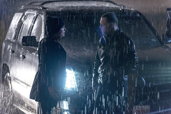 "CHICAGO P.D. -- ""Start Digging"" Episode 323 -- Pictured: (l-r) Sophia Bush as Detective Erin Lindsay, Jason Beghe as Sgt. Hank Voight -- (Photo by: Matt Dinerstein/NBC)"
