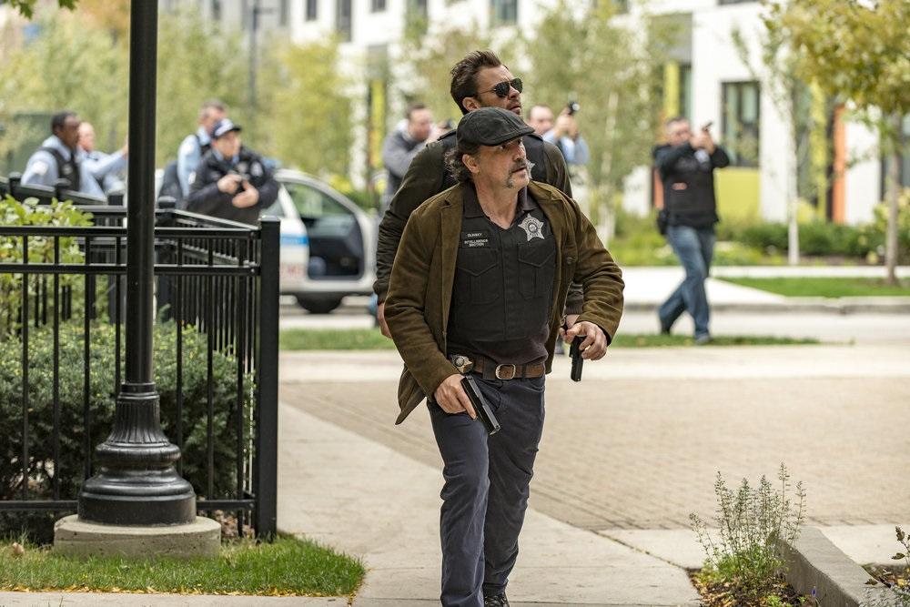 """CHICAGO P.D. -- """"A Shot Heard Around The World"""" Episode 408 -- Pictured: (l-r) Elias Koteas as Alivn Olinsky, Patrick Flueger as Kyle Ruzek -- (Photo by: Matt Dinerstein/NBC)"""