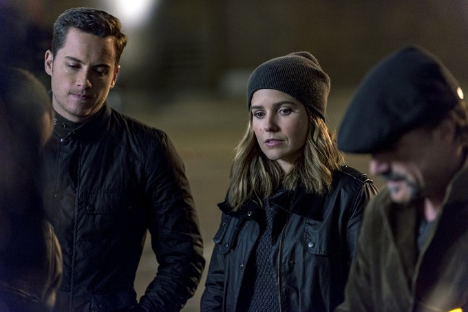 """CHICAGO P.D. -- """"Don't Bury The Case"""" Episode 409 -- Pictured: (l-r) Jesse Lee Soffer as Jay Halstead, Sophia Bush as Erin Lindsay -- (Photo by: Matt Dinerstein/NBC)"""