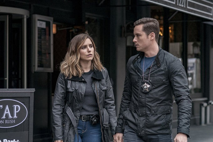 """CHICAGO P.D. -- """"Don't Bury The Case"""" Episode 409 -- Pictured: (l-r) Sophia Bush as Erin Lindsay, Jesse Lee Soffer as Jay Halstead -- (Photo by: Matt Dinerstein/NBC)"""