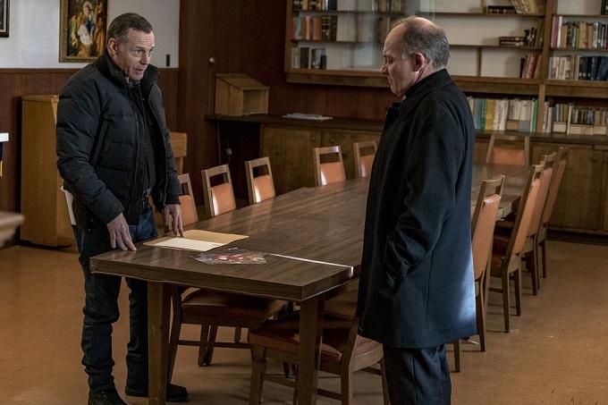 "CHICAGO P.D. -- ""Sanctuary"" Episode 412 -- Pictured: (l-r) Jason Beghe as Hank Voight, Zach Grenier as Fr. McSorley -- (Photo by: Matt Dinerstein/NBC)"
