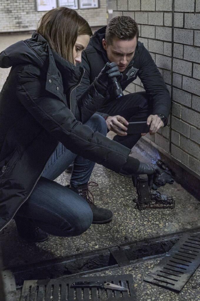 """CHICAGO P.D. -- """"Favor, Affection, Malice Or Ill-Will"""" Episode 415 -- Pictured: (l-r) Sophia Bush as Erin Lindsay, Jesse Lee Soffer as Jay Halstead -- (Photo by: Matt Dinerstein/NBC)"""